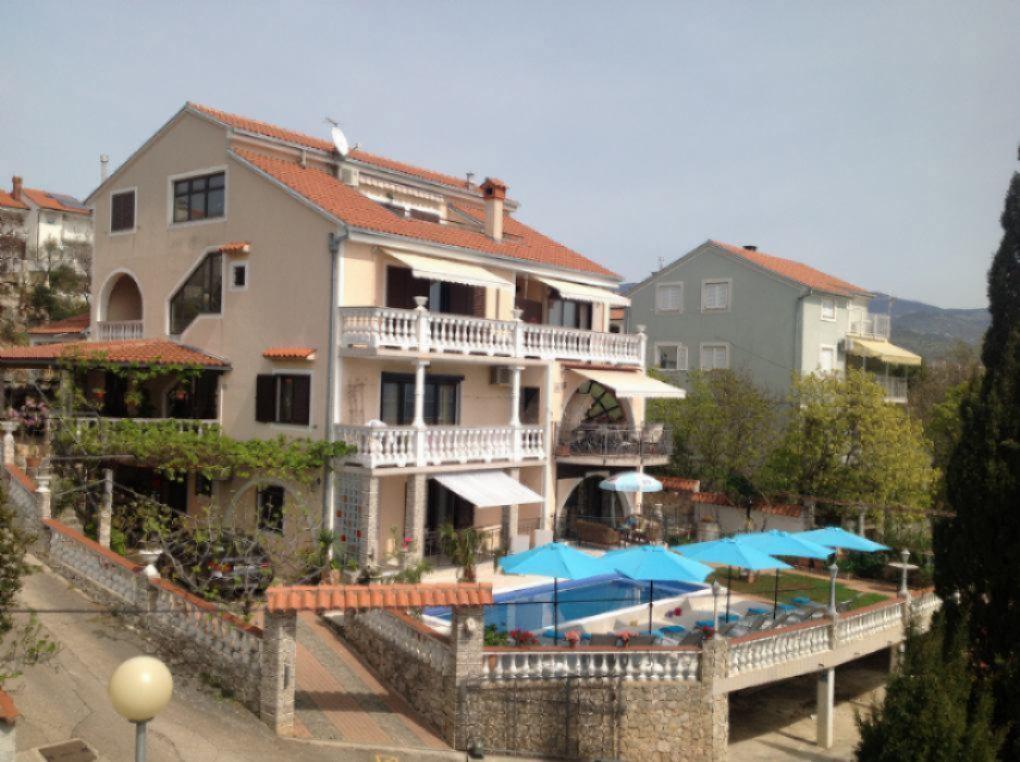 # Schlafzimmern, 2 x Dusche-wc, Terrasse mit Panoramablick, Sat-TV, Klima-Anlage, Parking